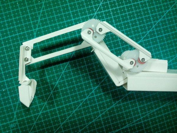 减速电机和铲斗结构之间,用连杆连接起来.